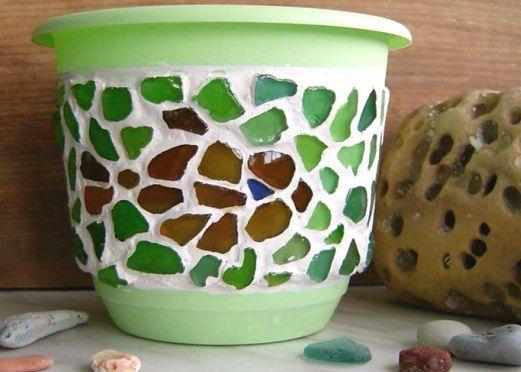 Декорирование вазы или горшка битыми стеклянными бутылками